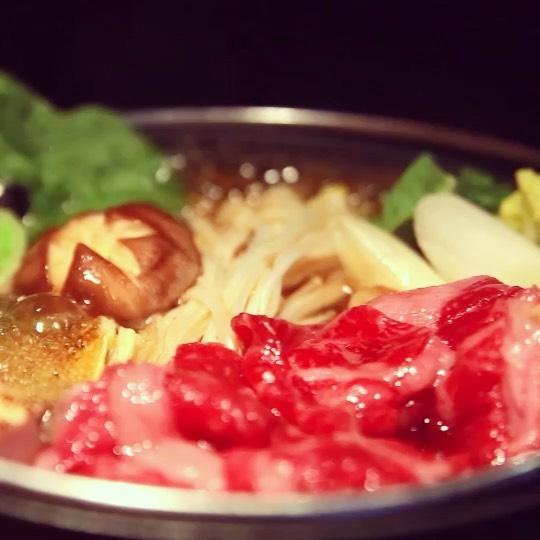 食欲の秋、到来・涼しい時期の人気者、「すき焼き」のご紹介です。国産牛とお野菜に焼き豆腐や糸こんにゃく。セットした状態でお席までお持ちするので、美味しくなるまでぐつぐつ煮てくださいね・すき焼きがセットになった八坂御膳が1,600円と、とってもお得です・連休も元気に営業中ですので、ぜひぜひお越し下さいね🧖♀️🧖♂️️・LINEでクーポン配布中です♪ プロフィールからともだち登録頂けます🤝