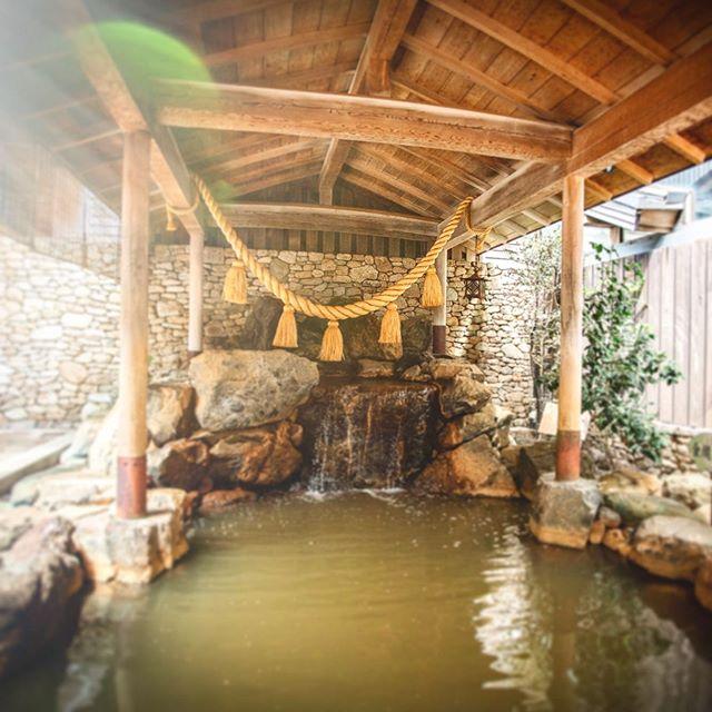 金閣の湯・本日は、天山の湯の人気者。露天風呂のご紹介です️・人気の秘密は「源泉ママ」の温泉で、鉄分の含有量が高いため酸素と触れ合うことでこの褐色になっています。造血作用があり、貧血の方に特にオススメです️・今週土日も元気に炭酸泉を開催中ですぜひぜひお越し下さいませ❁ ・LINEクーポンでビール半額orソフトドリンク100円です◡̈ともだち登録も宜しくお願いします🤗